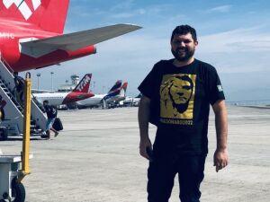 O blogueiro Oswaldo Eustáquio vestindo uma camisa em homenagem a Bolsonaro
