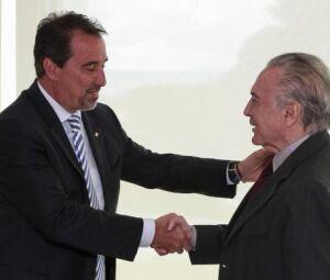 Na presença de ministros e do presidente da Caixa, Gilberto Occhi, o presidente Michel Temer sanciona lei que permite uso de até R$ 15 bilhões do FGTS pelo banco