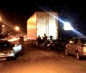 Movimentação de policiais e o caminhão apreendido, na noite de primeiro de dezembro.