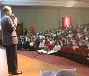 Pe. Ricardo convidou alunos a participarem do programa