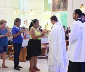 Momento da comunhão durante a missa em homenagem ao Dia das Mães