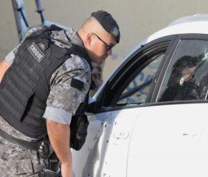 Carro foi fuzilado na Avenida Guaicurus na manhã desta segunda-feira