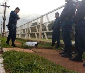 Policiais no local onde corpo foi achado na manhã desta quinta