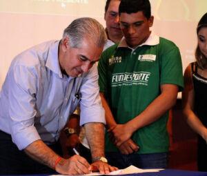 Assinatura do governador Reinaldo Azambuja para a adesão dos Programas