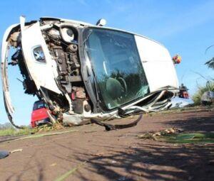 O veículo modelo Peugeot ficou com a parte frontal totalmente destruído
