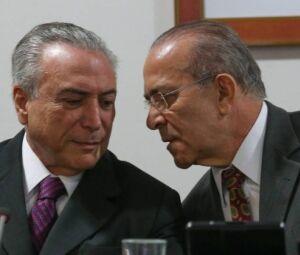 O presidente interino Michel Temer conversa com o ministro da Casa Civil Eliseu Padilha durante reunião