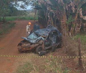 O carro ficou destruído após os capotamentos.