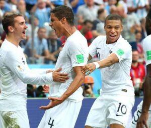 ogadores da França comemoram gol de Varane contra o Uruguai
