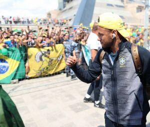 Neymar camisa 10 da seleção em sua chegada a Kazan.