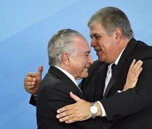 Marun abraça Temer em ato político em Brasília