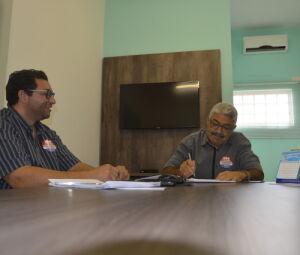 Gilson Sá e José Hélio, presidentes do Sinpospetro-MS
