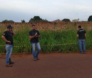 Policiais no local onde corpo foi encontrado nesta manhã em Dourados
