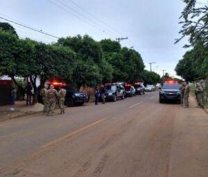 Movimentação policial em um dos pontos onde mandados são cumpridos nesta manhã