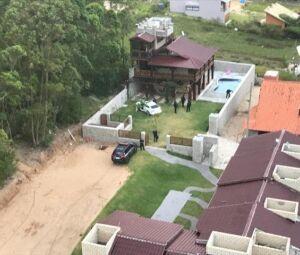 Movimentação das equipes policiais em um dos endereços alvos da operação