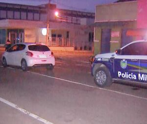 Momento em que equipe da PM faz a abordagem a motorista bêbado que dormiu com o carro ligado parado na meio da rua em frente a Santa Casa de Campo Grande, nesta sexta-feira (16)
