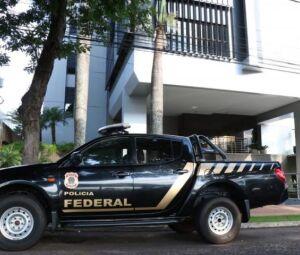 Equipe da Polícia Federal na Fiems, que coordena dois