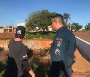 Cunhado da vítima mostra local onde rapaz conseguiu sair após fuga pelo bueiro
