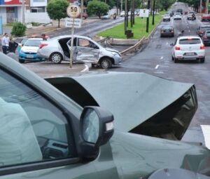 Acidente ocorreu no cruzamento da Rua Rio Grande do Sul com Avenida Mato Grosso.