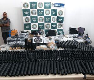 Policiais civis apresentam no Rio de Janeiro (RJ) um arsenal de armas desmontadas encontrada numa casa no Méier, que pertencem ao ex policial Ronnie Lessa
