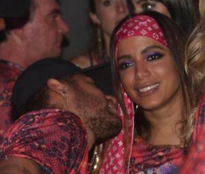 O jogador e Anitta chegaram juntos, no 04, na Sapucaí