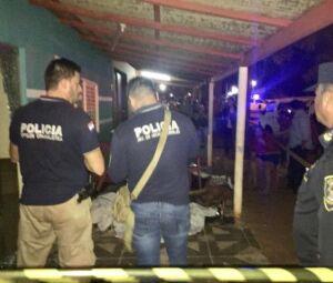 Policiais paraguaios na casa onde seis pessoas foram mortas por pistoleiros