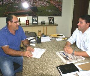 Prefeito André Nezzi durante reunião com o presidente do Prevcaarapó, Airton Carlos Larsen