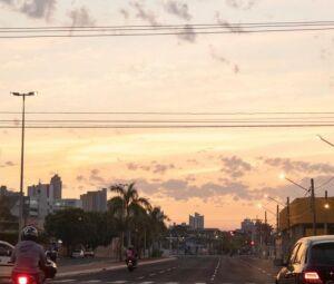 Início da manhã na Avenida Fernando Corrêa da Costa, em Campo Grande.
