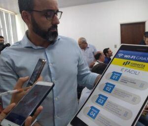 Diretor da Agetec, Paulo Fernando Cardoso, mostra passo a passo para se conectar à rede