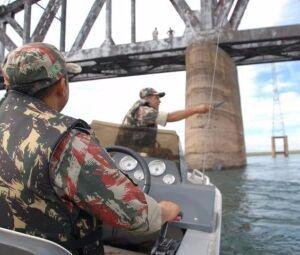 Policiais militares ambientais durante fiscalização