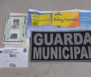 Documentos e o cartão do Bolsa Família da indígena apreendidos por guardas municipais com o comerciante