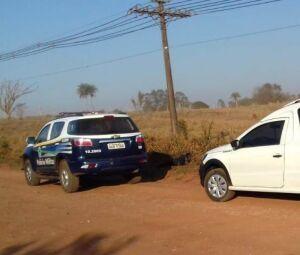 Viatura da Polícia Militar e carro de funerária em local onde corpo de adolescente foi encontrado