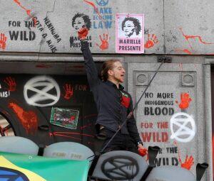 Embaixada do Brasil em Londres é pichada por ambientalistas Foto: PETER NICHOLLS / REUTERS Integrantes do grupo Extinction Rebellion escalam a fachada da embaixada Foto: PETER NICHOLLS / REUTERS Integrantes do grupo Extinction Rebellion escalam a fachada