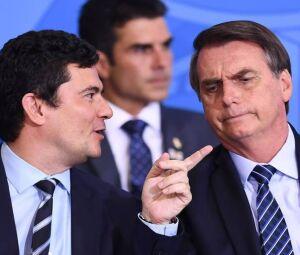 O presidente Jair Bolsonaro (PSL), em conversa com o ministro Sergio Moro (Justiça)