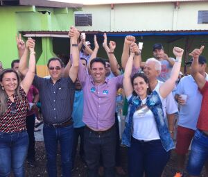 André Luíz Nezzi de Carvalho comemora com correligionários a vitória na eleição suplementar