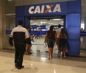 Cliente entram em agência da Caixa, banco que paga o FGTS
