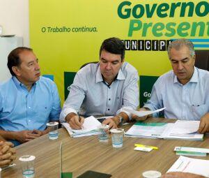 Gerson Claro durante trabalhos em Sidrolândia ao lado de Reinaldo Azambuja entre eles o secretário da Segov, Eduardo Riedel
