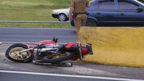 Motociclista morre após bate na traseira de carro e motorista foge sem prestar socorro