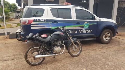 Polícia recupera moto furtada em oficina de desmanche