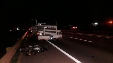 Motociclista morre e irmã fica ferida em colisão com carreta em Dourados
