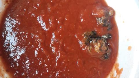 Ao preparar refeição, família encontra 'corpo estranho' no molho de tomate