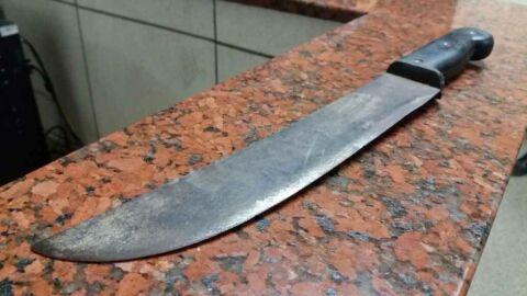 Homem ameaça arrancar a cabeça e vísceras da esposa com facão