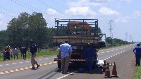 Pedestre morre ao se jogar na frente de caminhão na BR-262