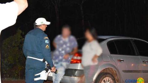 Embriagado, homem é preso após atropelar casal de moto