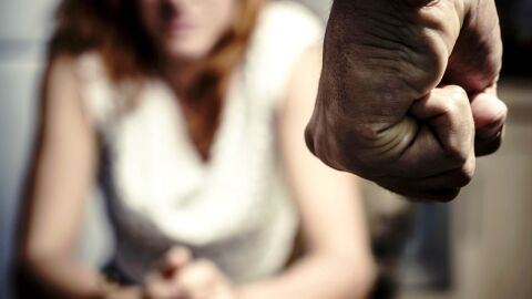 Homem bate em mulher grávida de dois meses e expulsa de casa