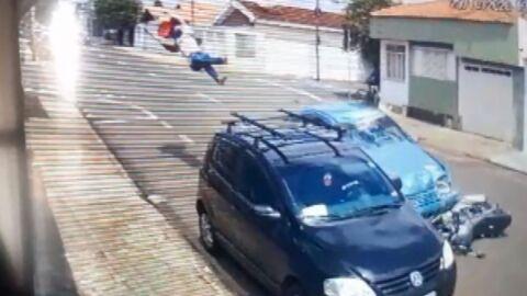 Vídeo: câmeras flagram entregador batendo em carro e sendo arremessado; morreu no hospital