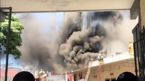 Ao vivo: desespero dos socorristas e retirada de pacientes em hospital em chamas no RJ