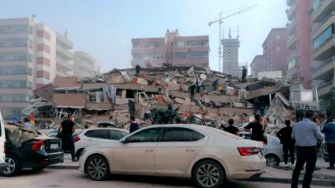 Vídeo: terremoto derruba prédios na Turquia e tsunami leva navios