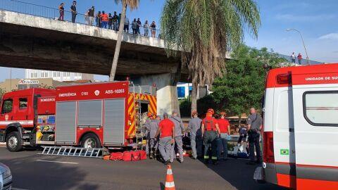 Cadeirante morre após ser jogado de viaduto por assaltante
