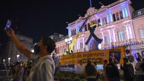 Argentinos se despedem de Maradona na Casa Rosada