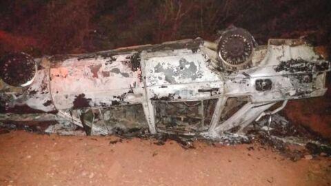 Após acidente, carro pega fogo e incêndio atinge vegetação